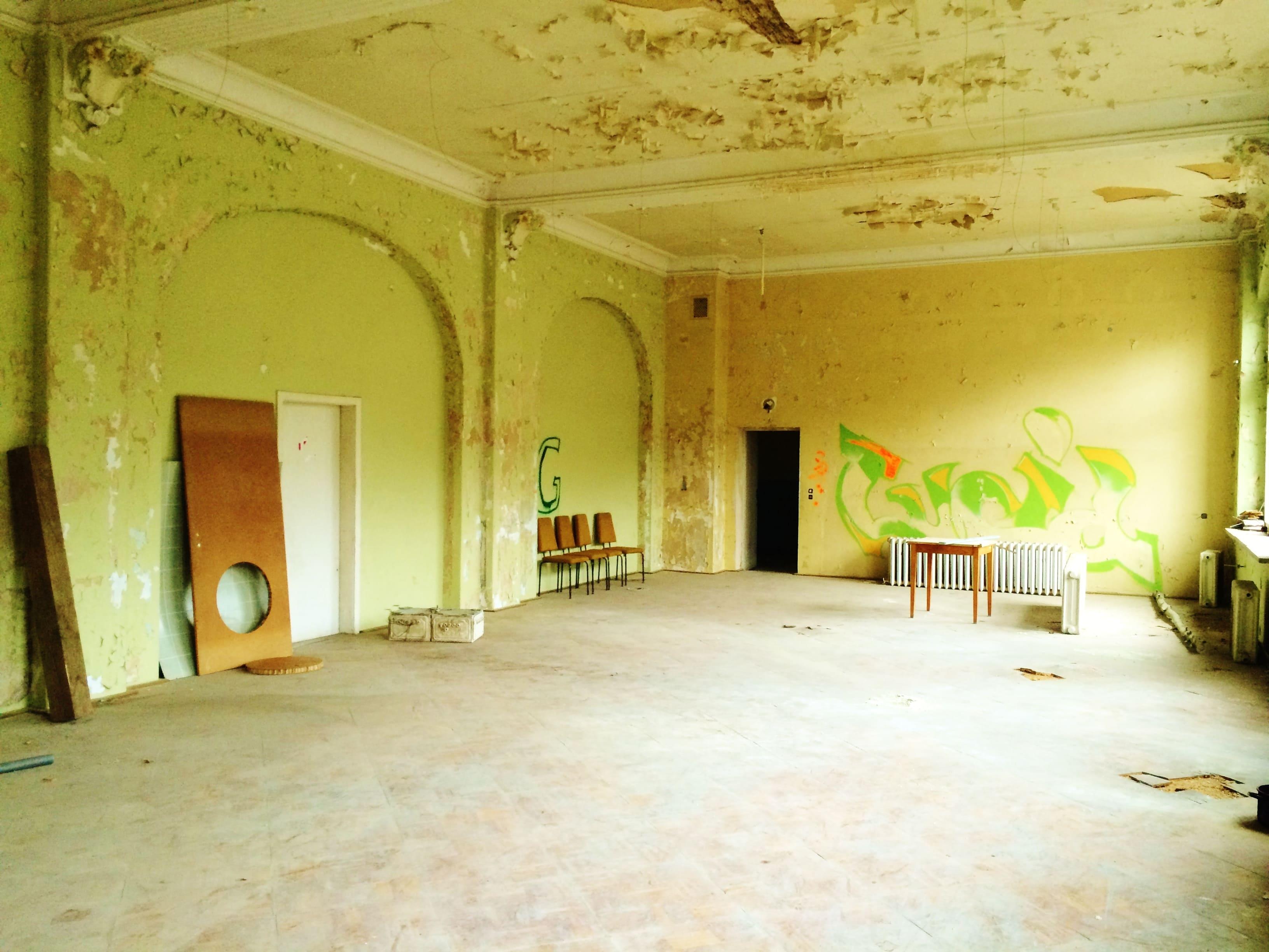 Renovierungsbedürftiger Balkonsaal